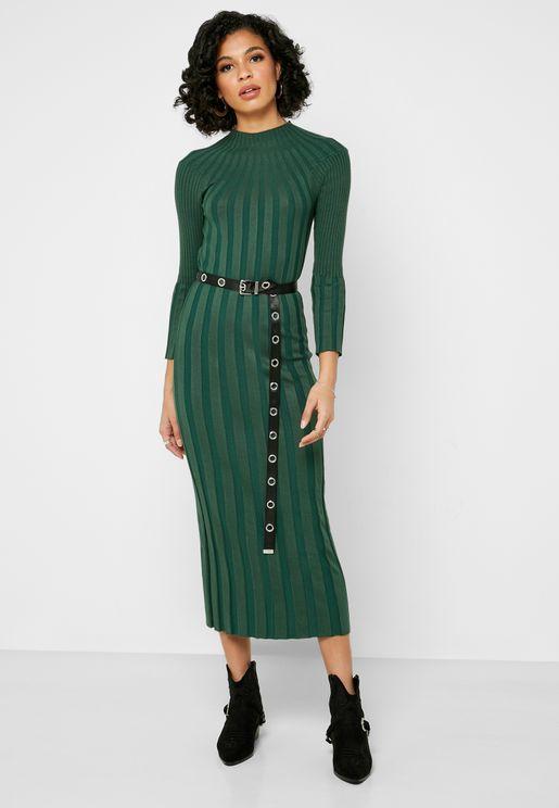 فستان بحزوز وياقة عالية