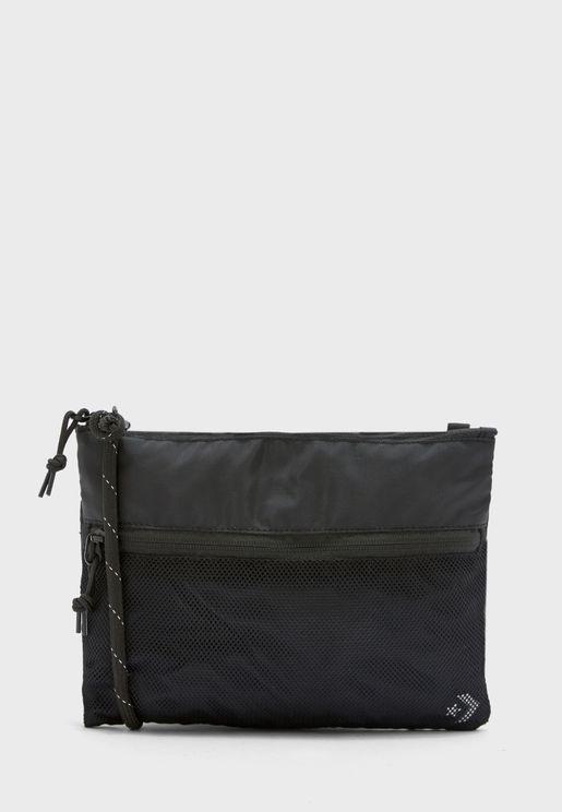 حقيبة بشعار الماركة