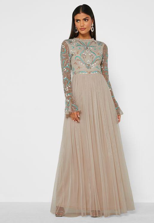 فستان بياقة عالية مرصع بالترتر
