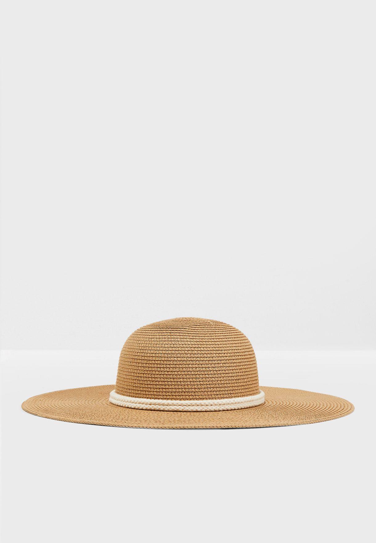 قبعة مزينة بحبل