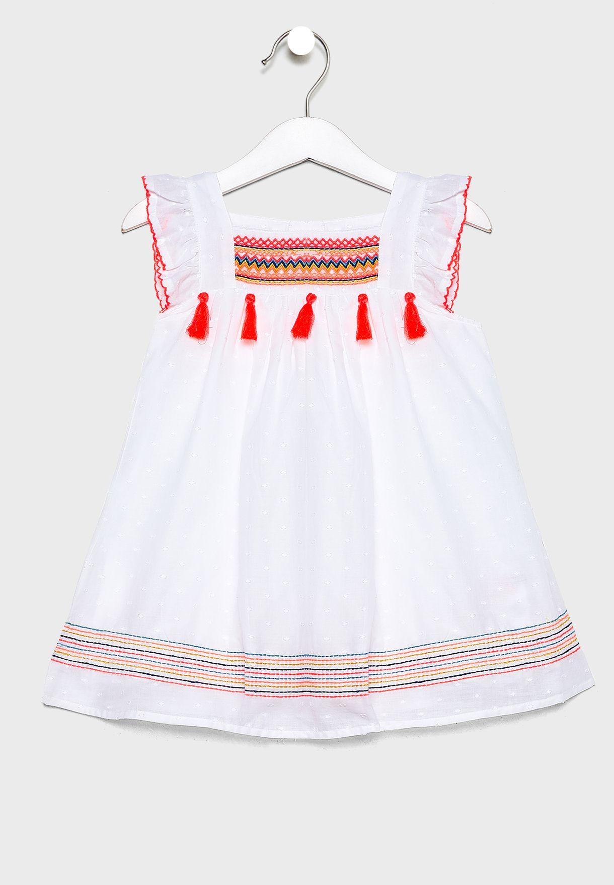 فستان بتطريز وشراشيب