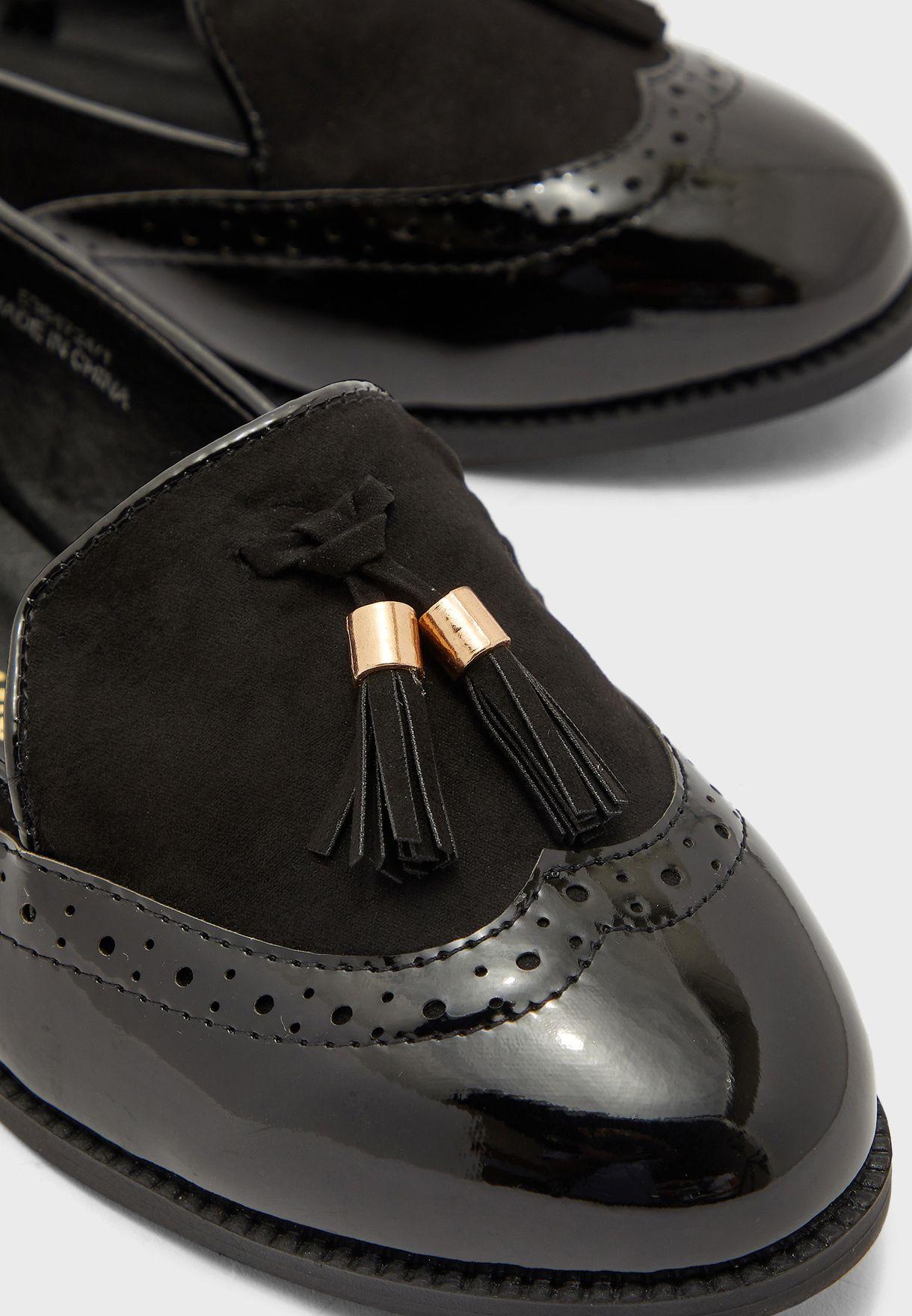 حذاء مزين بشراشيب