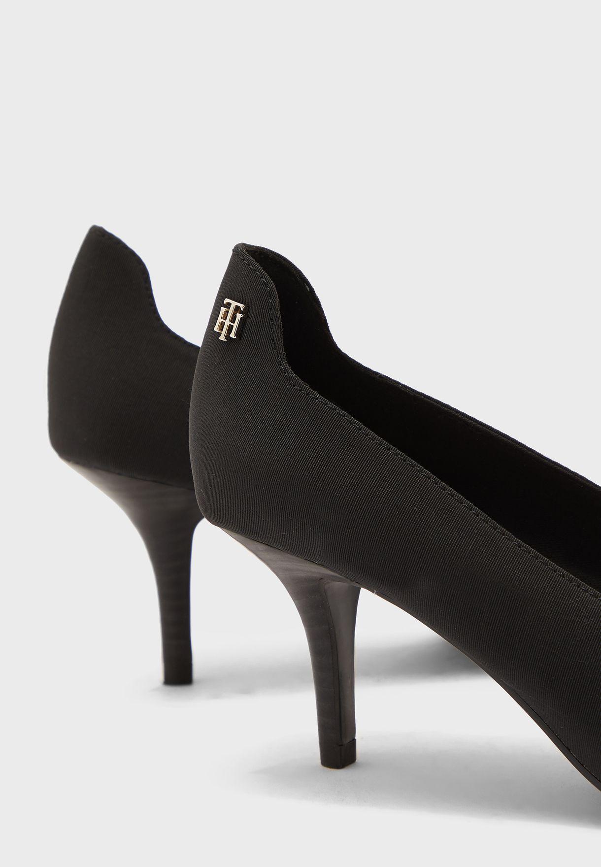 حذاء مزين بشعار الماركة