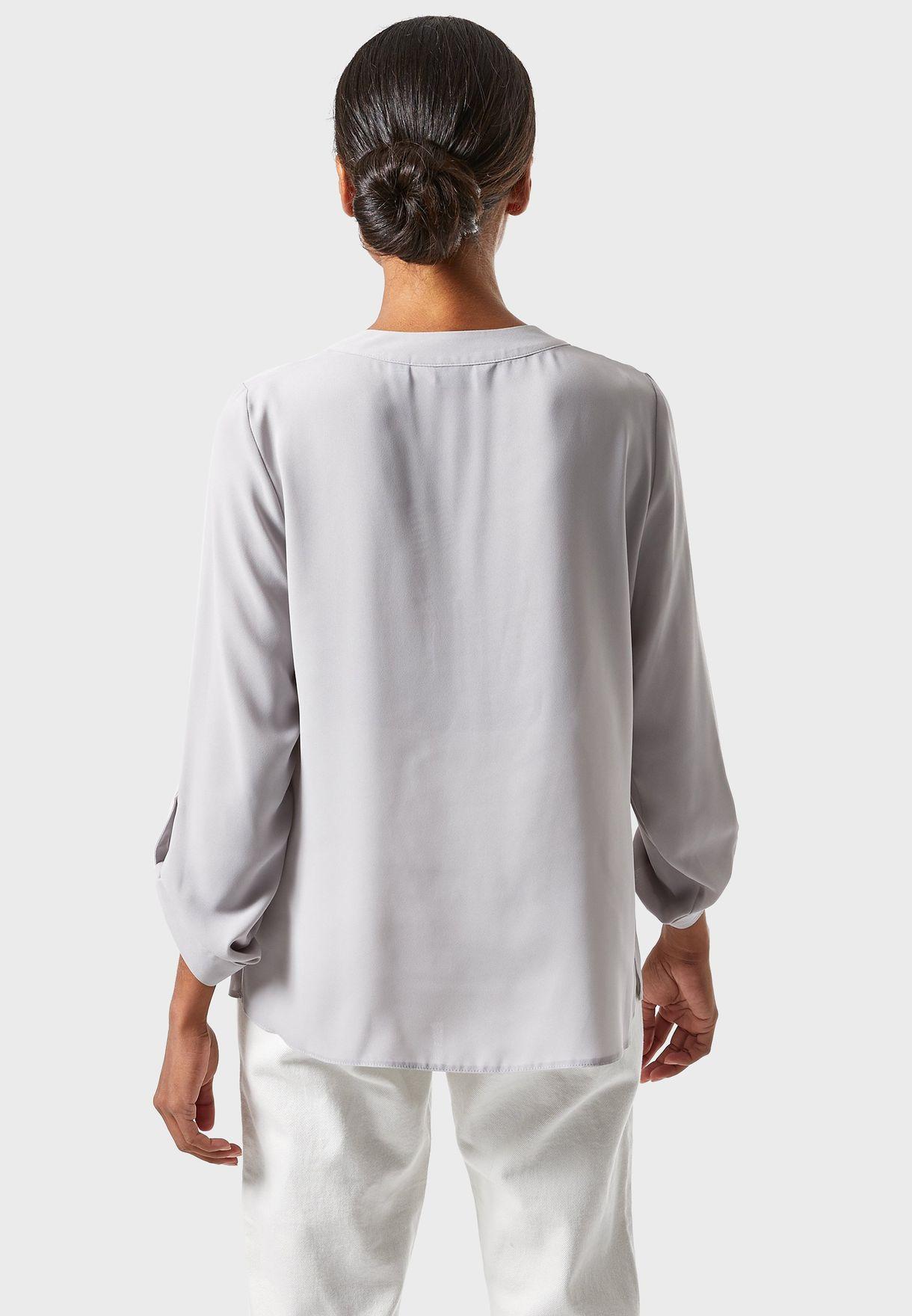 قميص بياقة V واكمام مطوية