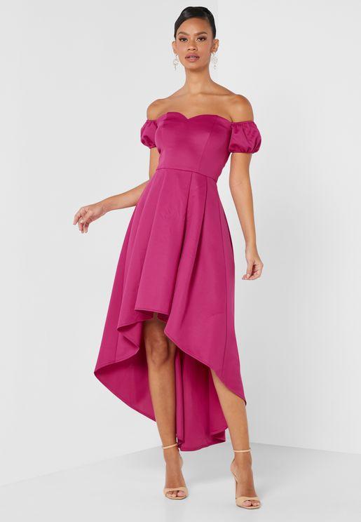 فستان بأكتاف مكشوفة واكمام منفوشة