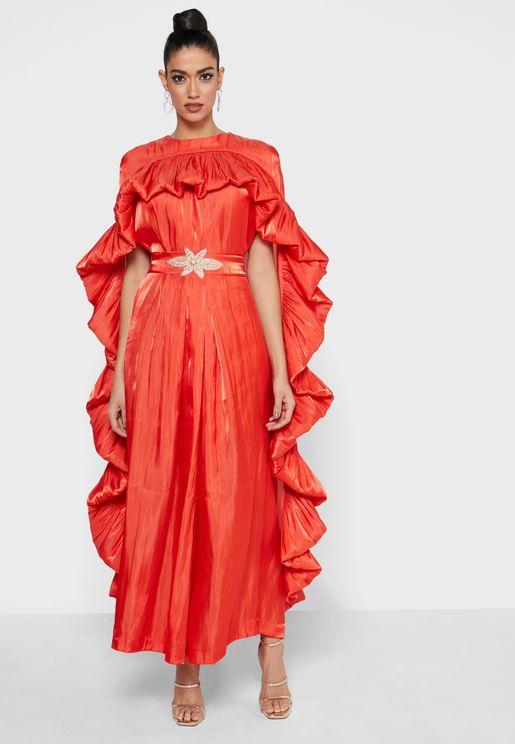 فستان بأطراف مكشكشة وتداخلات علوية