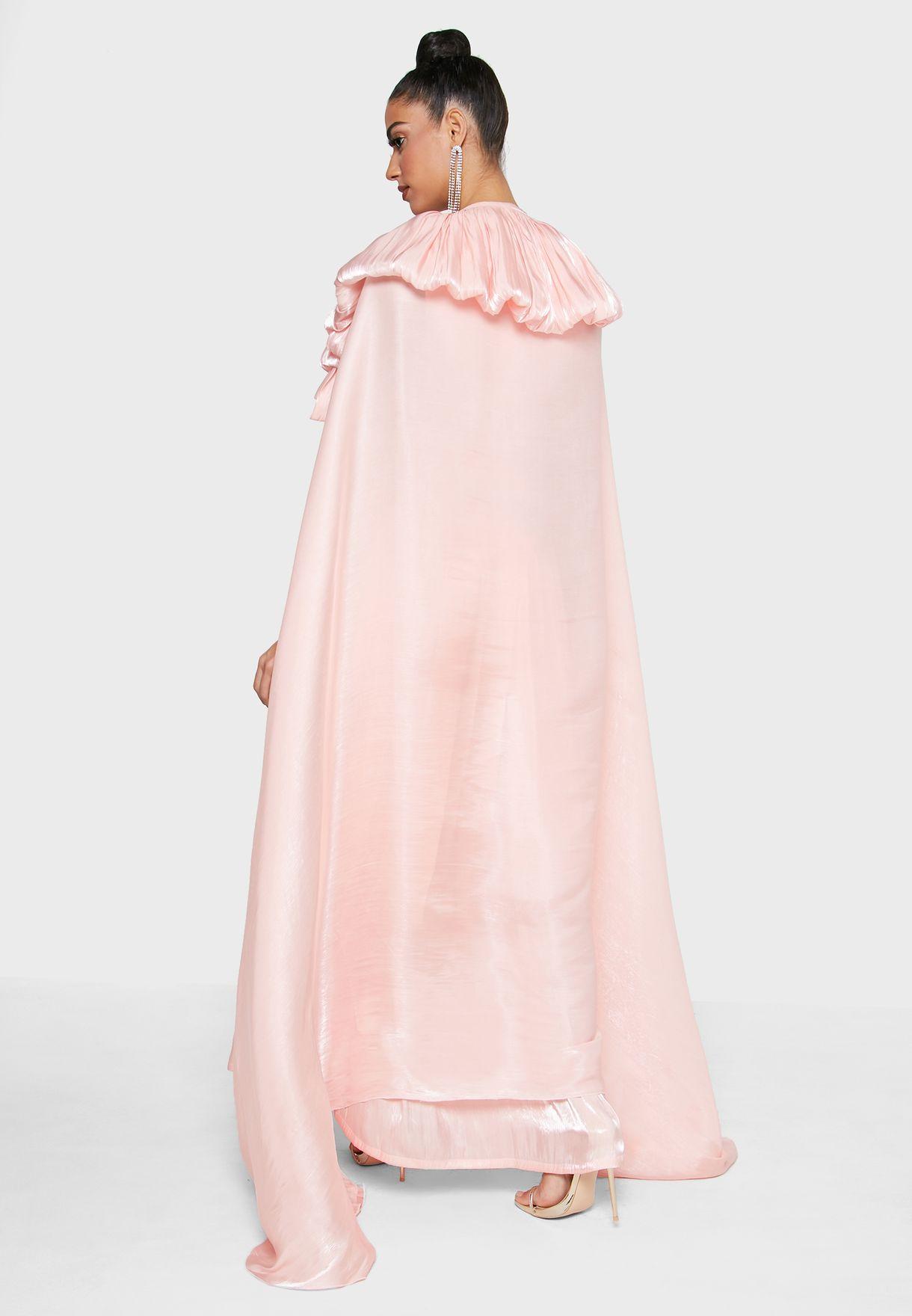 فستان بأكمام كيب مزين بدبوس
