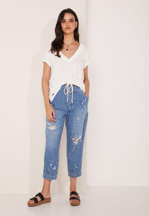 جينز قصير بأجزاء ممزقة