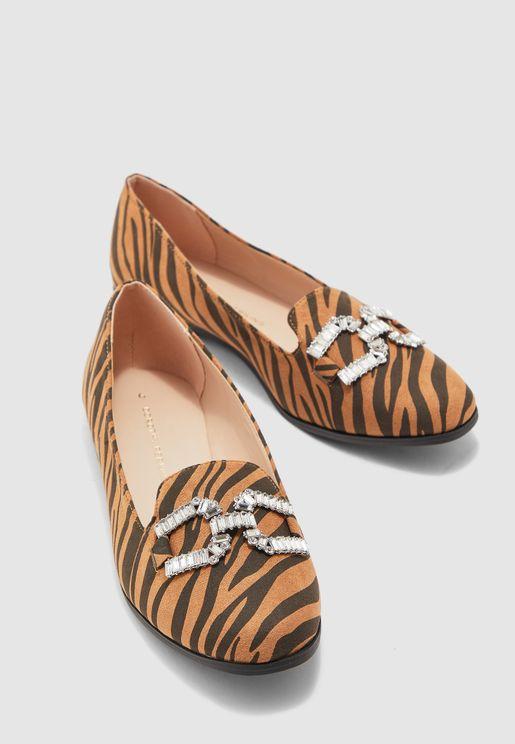 حذاء بطبعات جلد حيوان