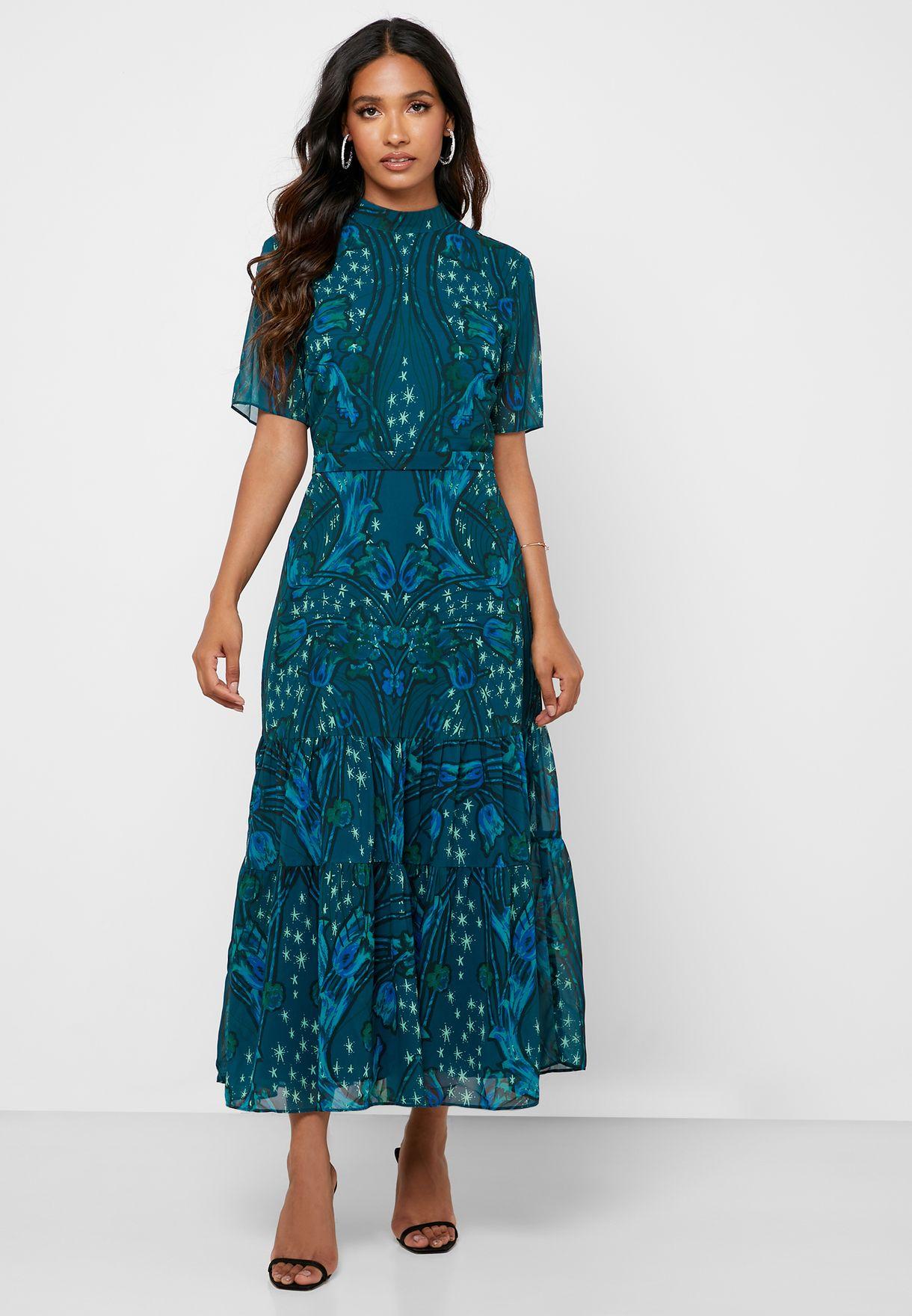 فستان مشكوف الظهر بياقة عالية