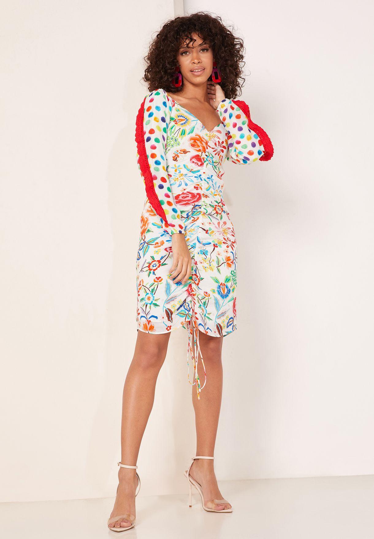 فستان بطبعات مع كشكش على الاكمام