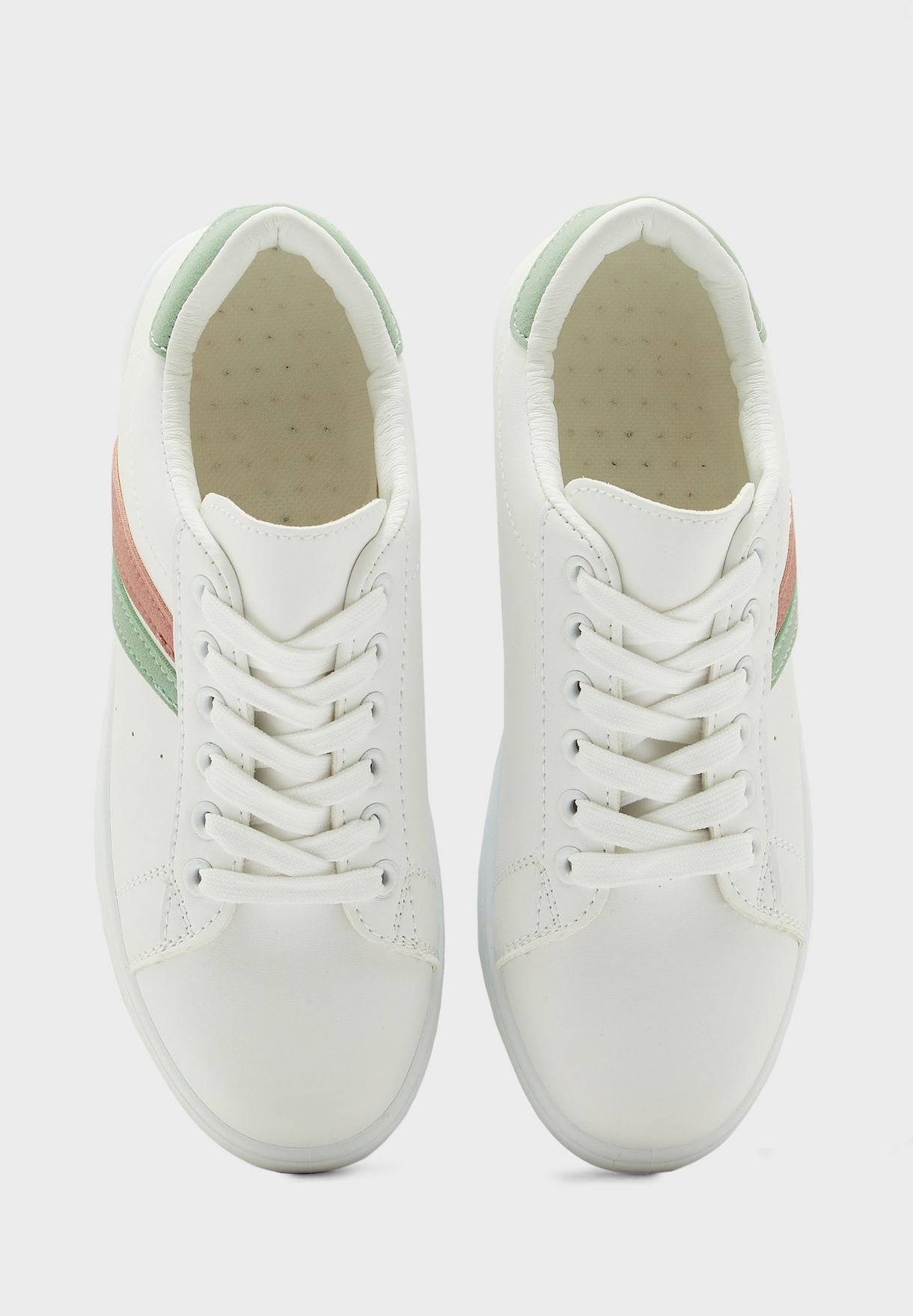 حذاء سنيكرز مزين بخطوط