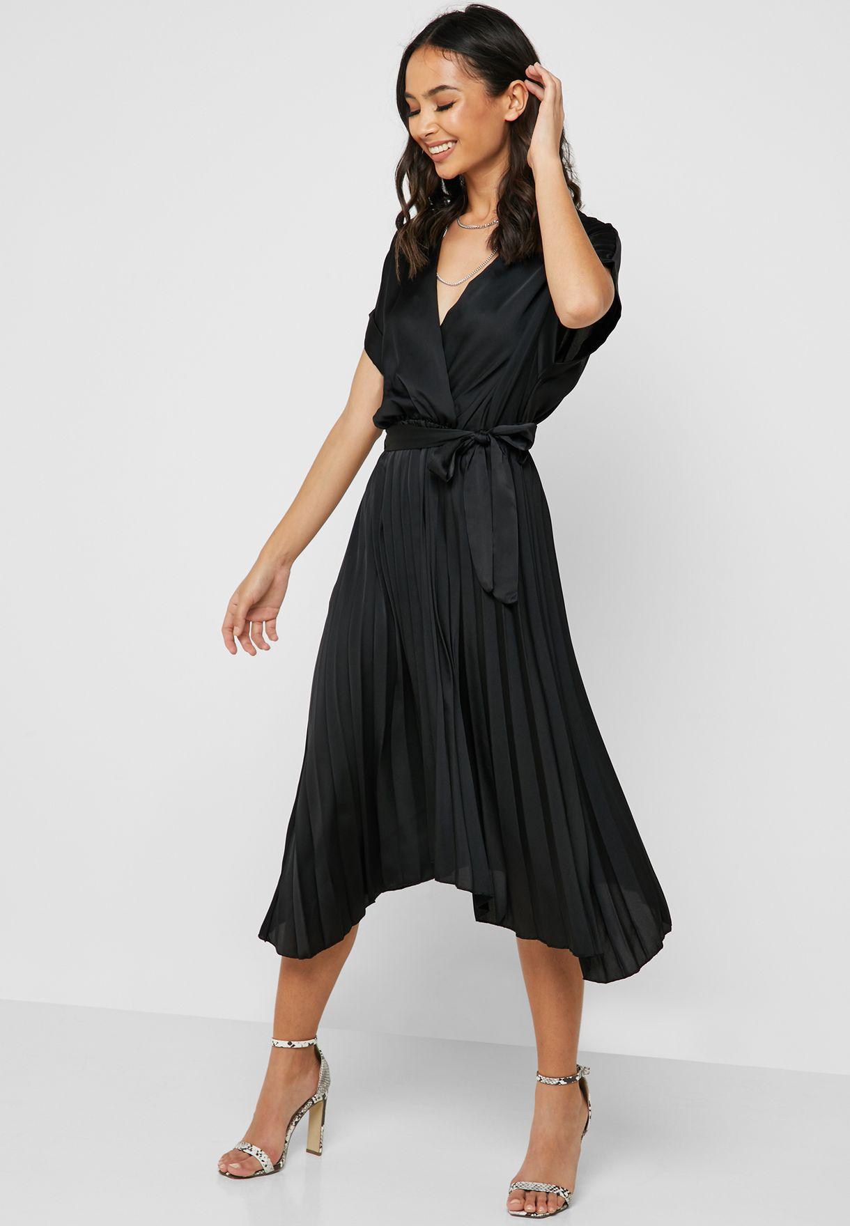 فستان بتصميم ملفوف وكسرات