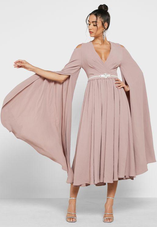 فستان بياقة V واكتاف مكشوفة