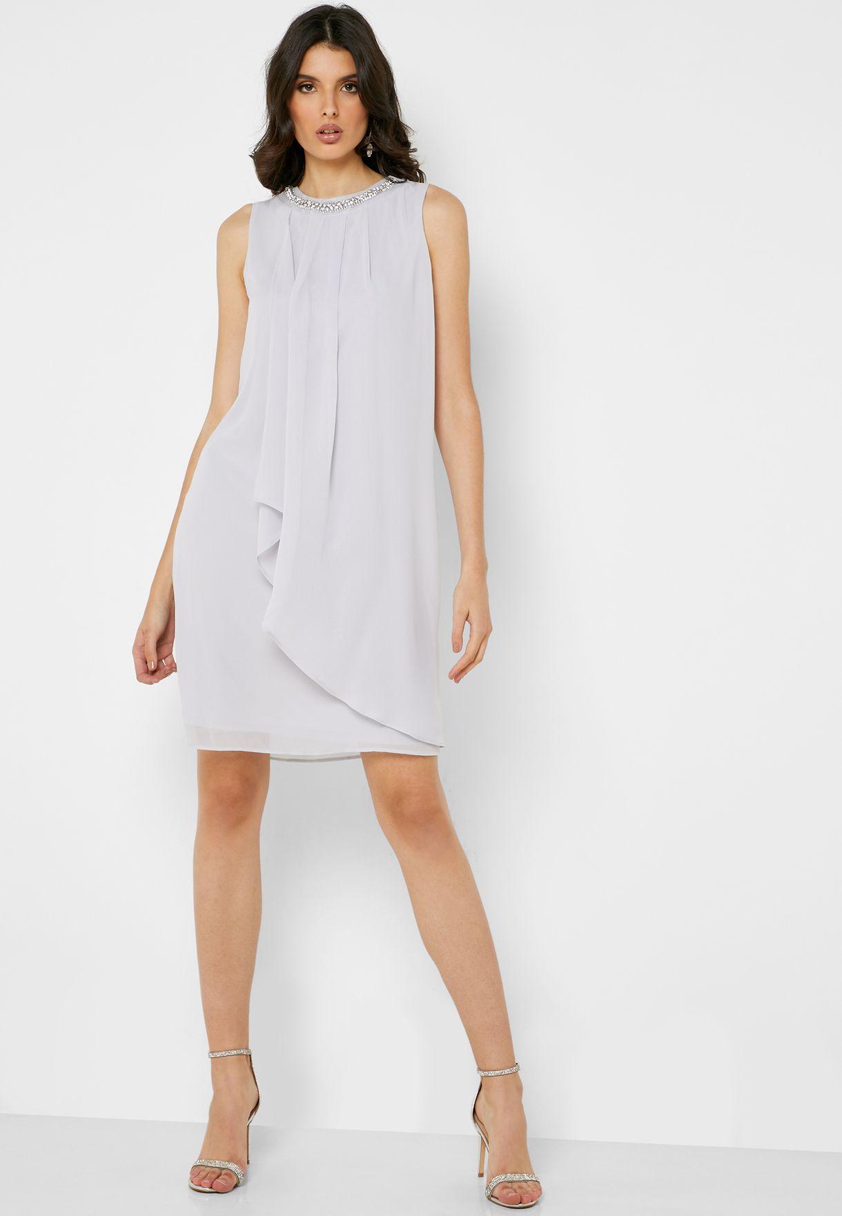 فستان مزين بأحجار عند الياقة