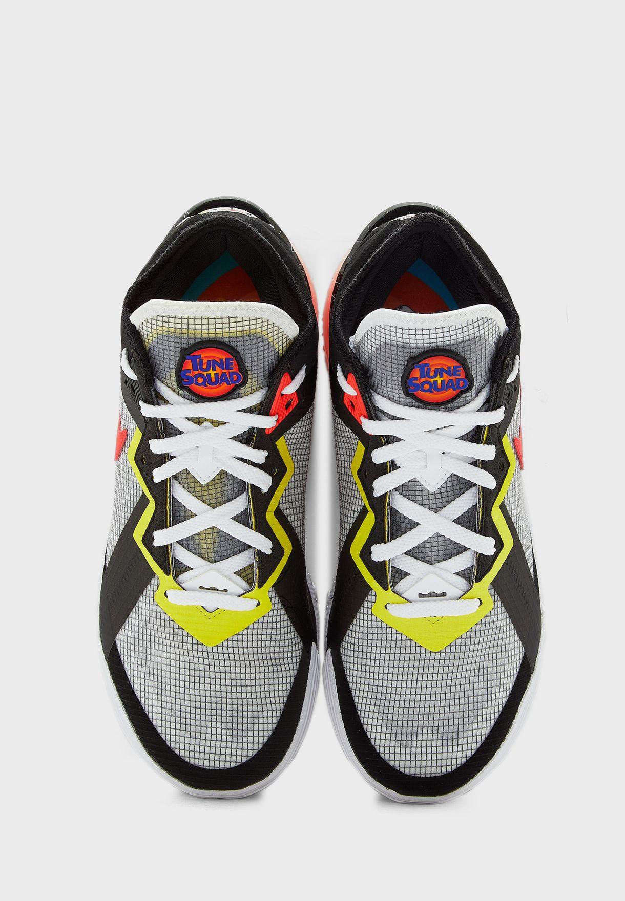 حذاء من مجموعة ليبرون جيمس