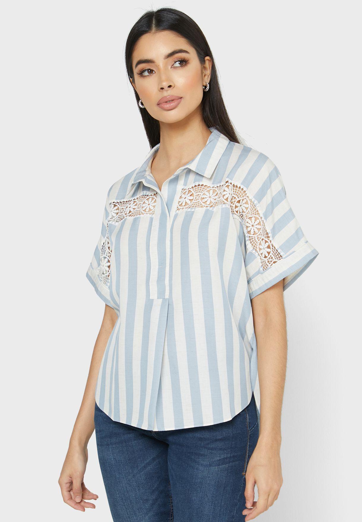 قميص بخطوط ودانتيل