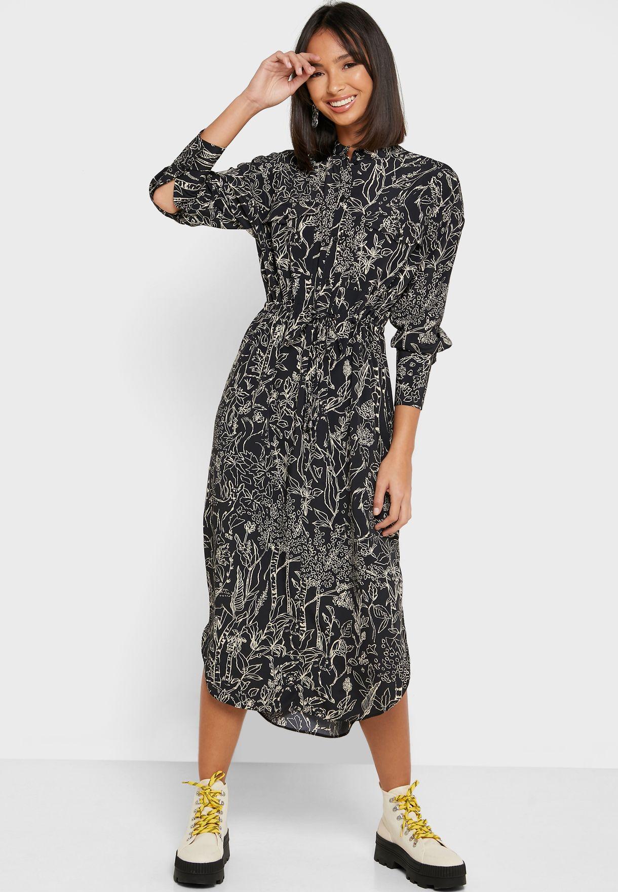 فستان بطبعات وشقوق جانبية