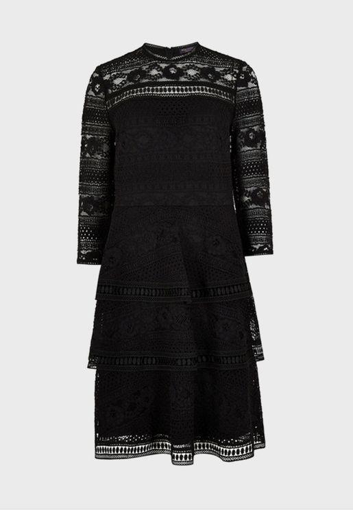 فستان دانتيل بياقة عالية