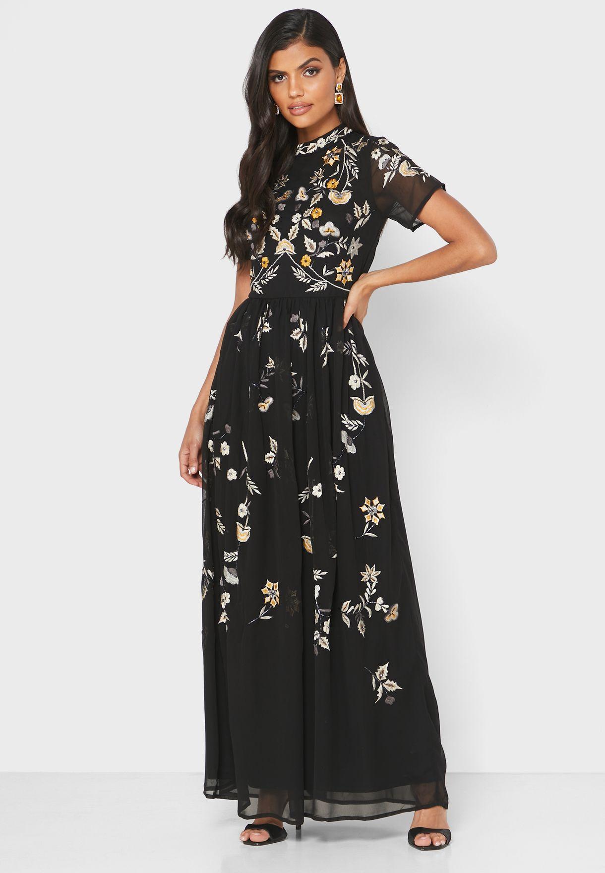 فستان مزين بتطريز وأحجار