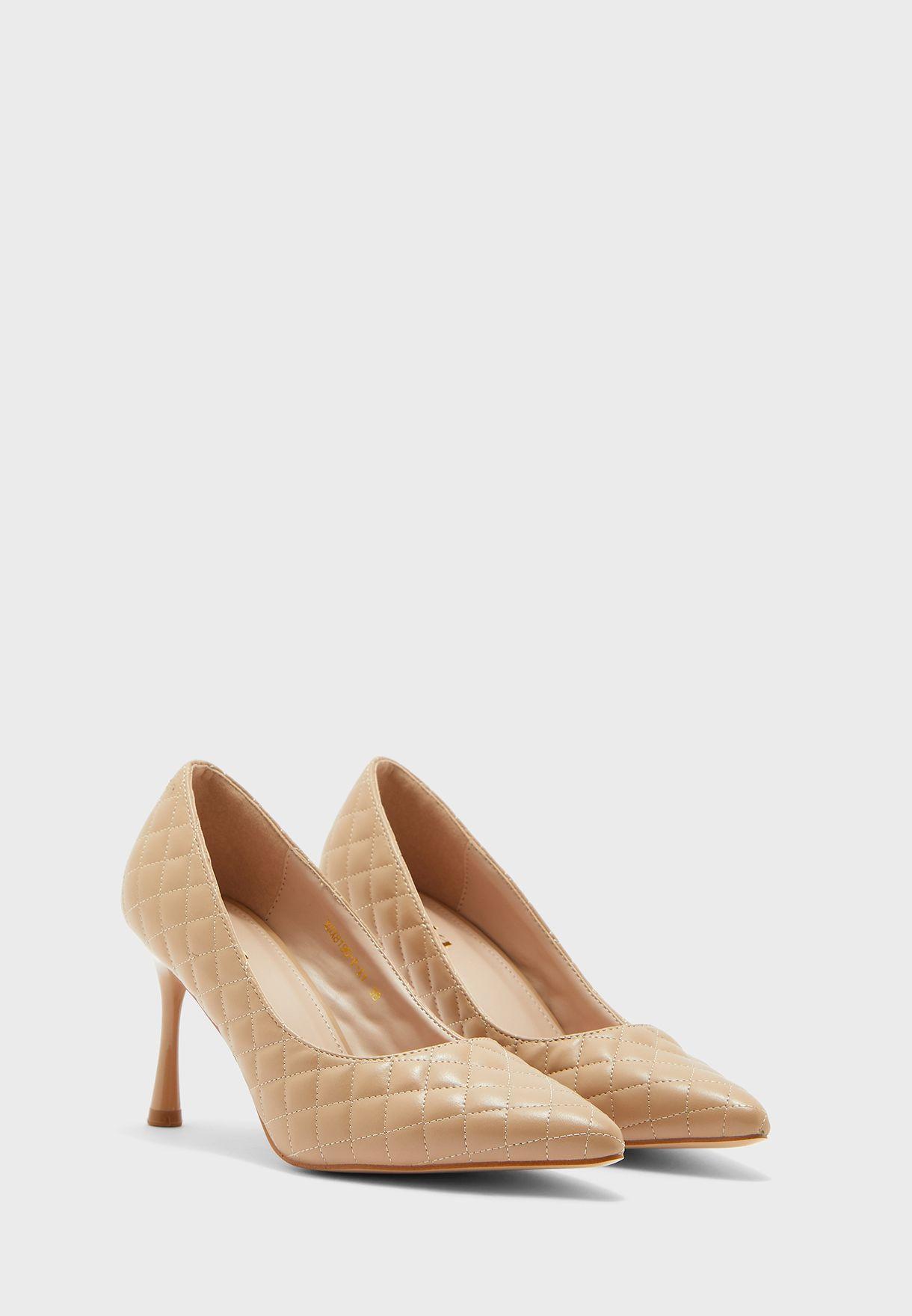 حذاء مدروز بمقدمة مدببة