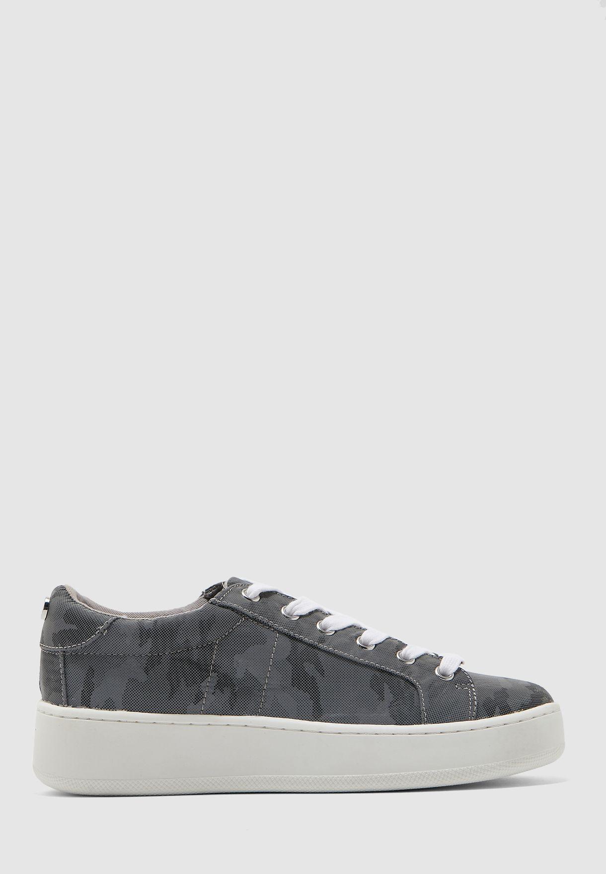 حذاء سنيكرز بطبعات جيش