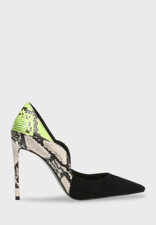حذاء مزين بطبعات جلد حيوان