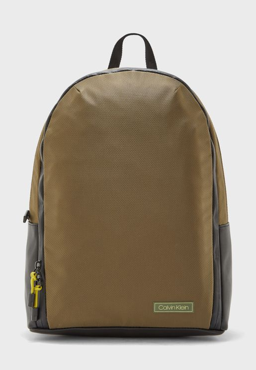 حقيبة ظهر بشعار الماركة