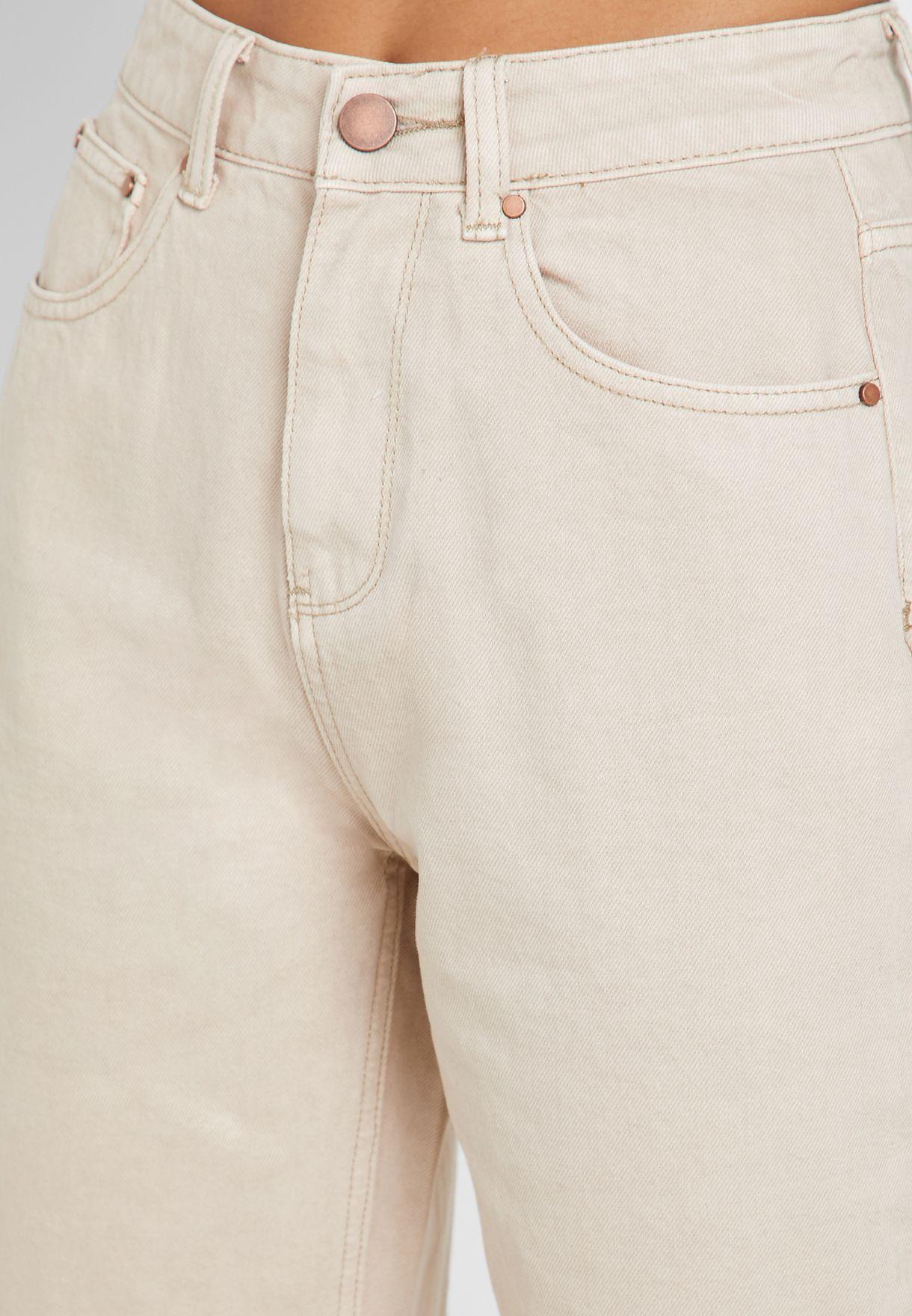 جينز بخصر عالي وحواف غير مدروزة
