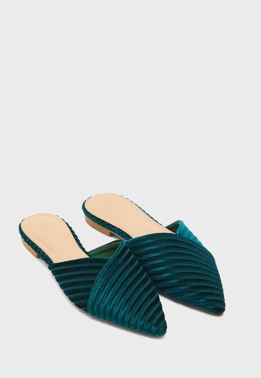 حذاء مخملي بمقدمة مدببة