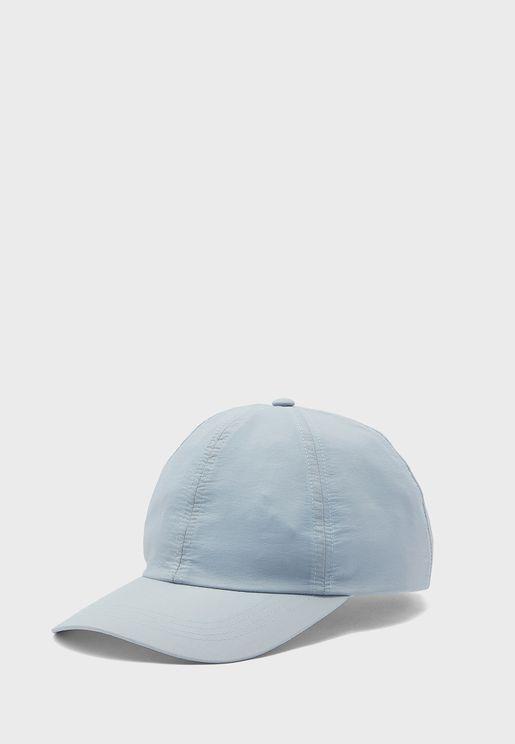 قبعة بحافة منحنية
