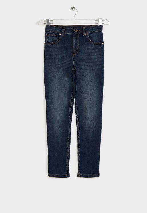 جينز مزين بشقوق وضربات باهتة
