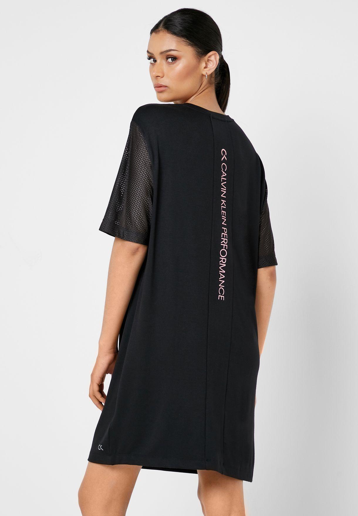 فستان بشعار الماركة
