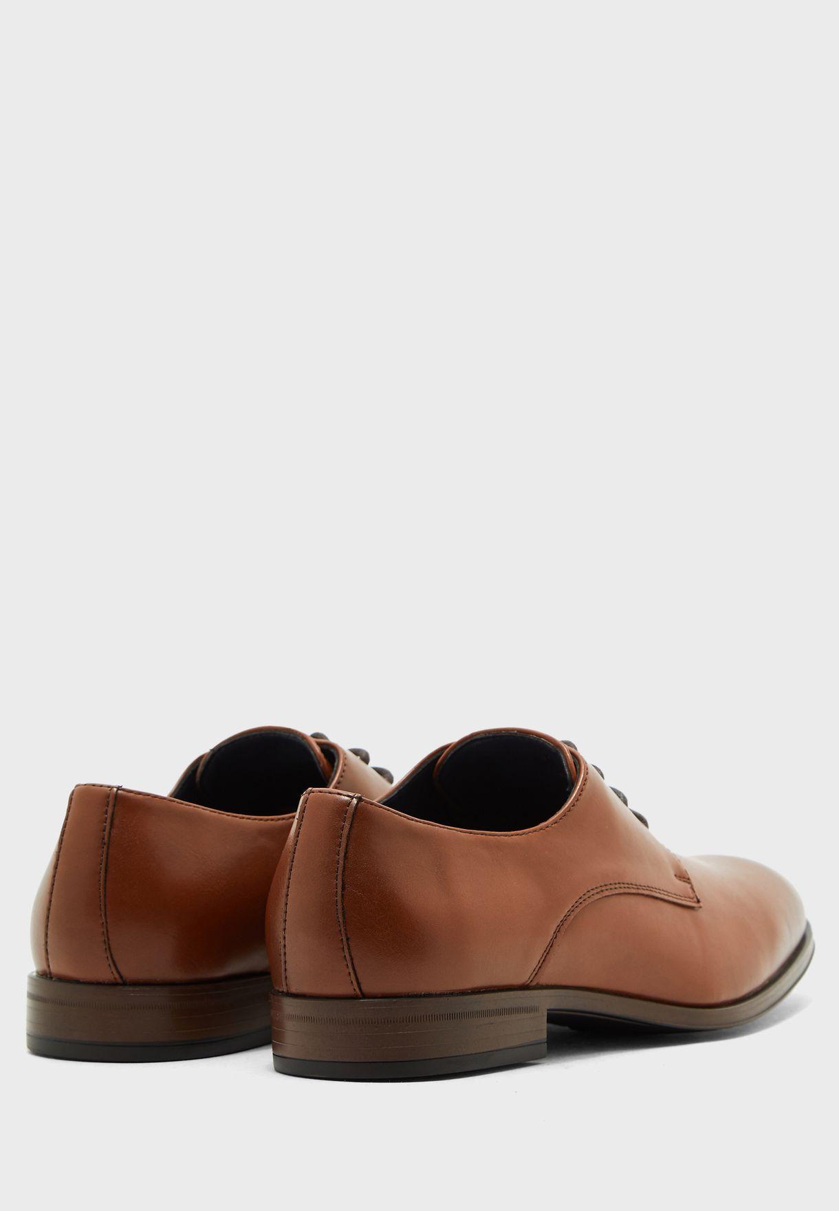 حذاء بكعب قصير