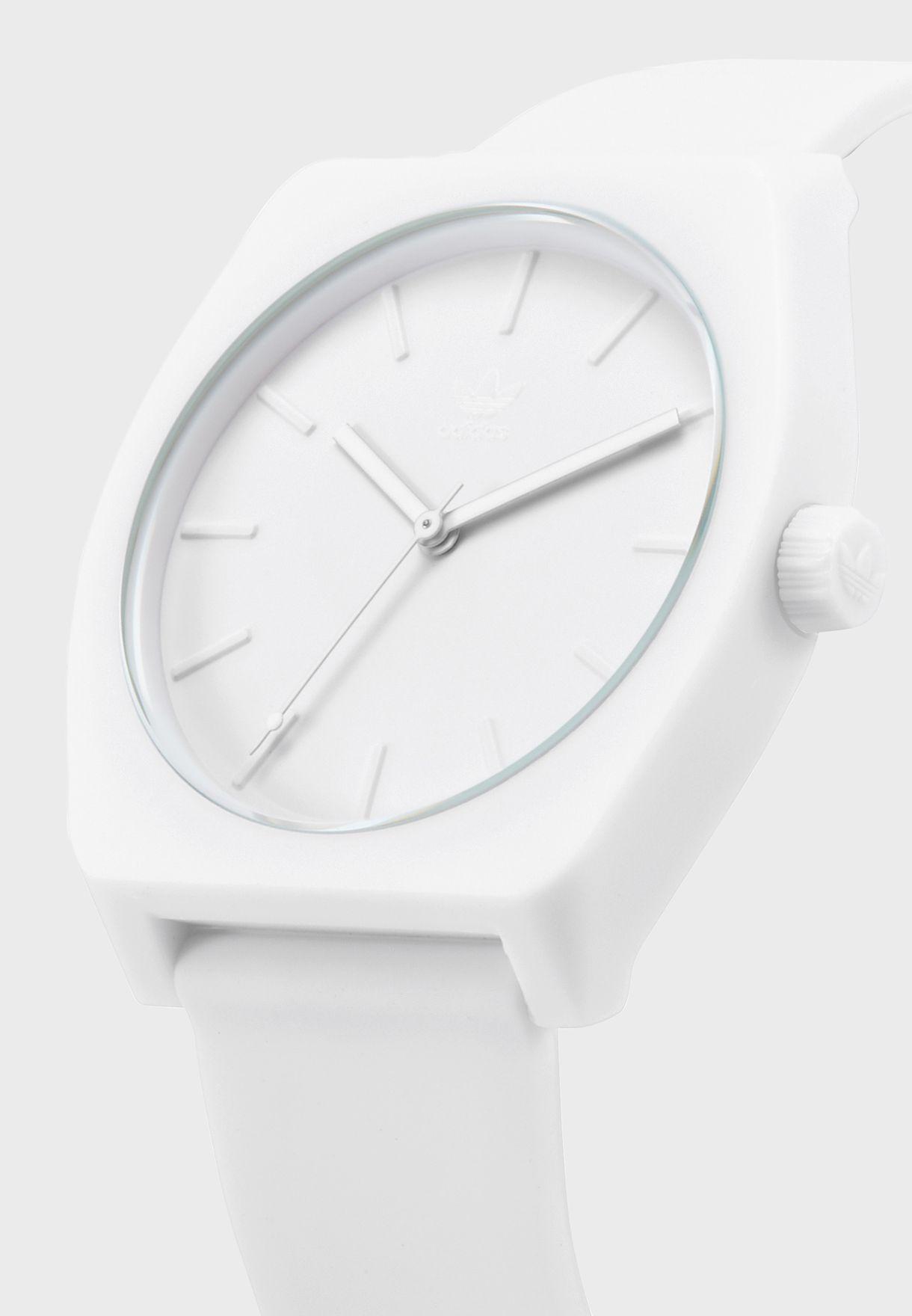 ساعة دائرية بحركة عقارب ثلاثية