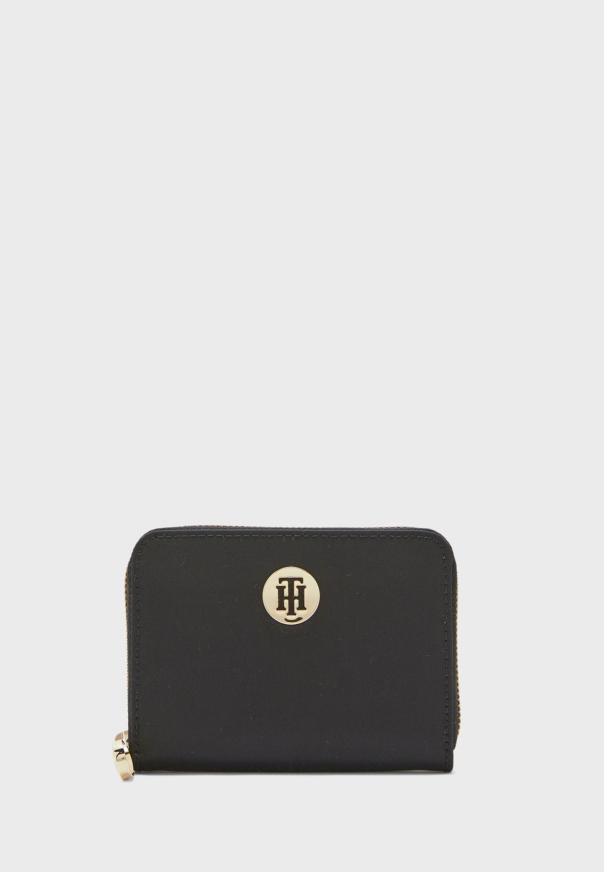 محفظة بسحاب مزينة بشعار الماركة