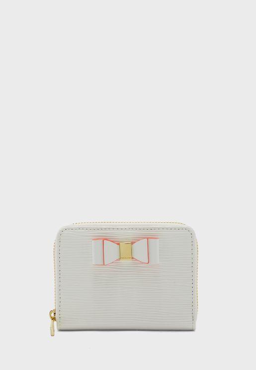 محفظة جلد مزينة بشعار الماركة