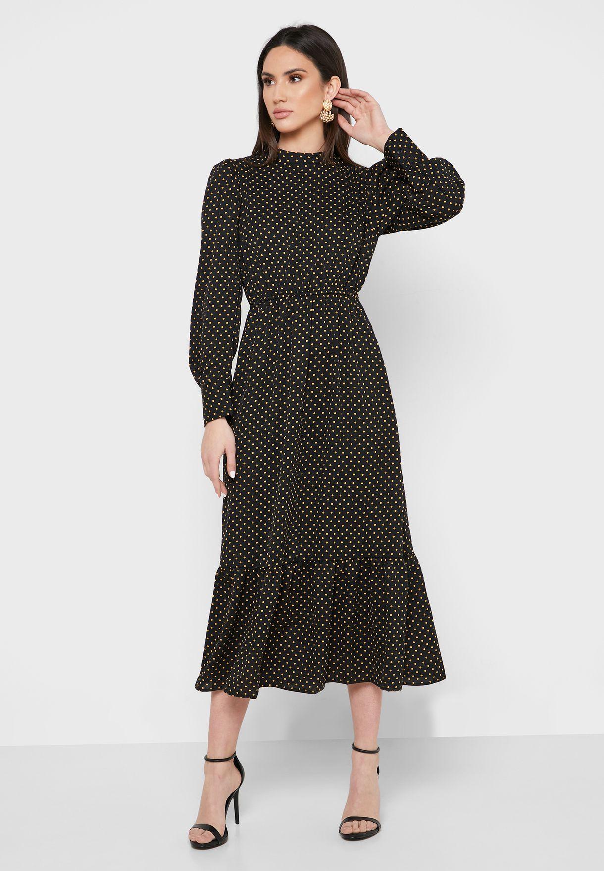 فستان بياقة عالية ومزين بكشكش