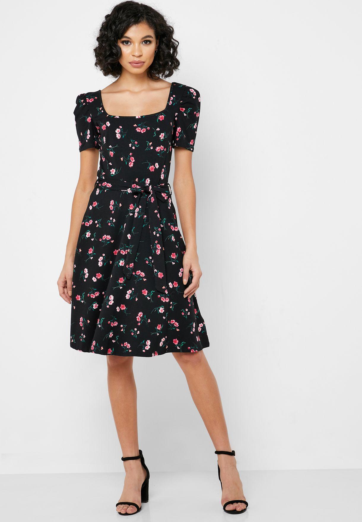 فستان مطبع بياقة مربعة
