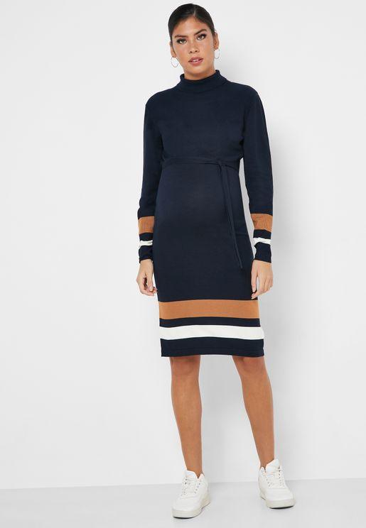 فستان بخطوط و ياقة عالية