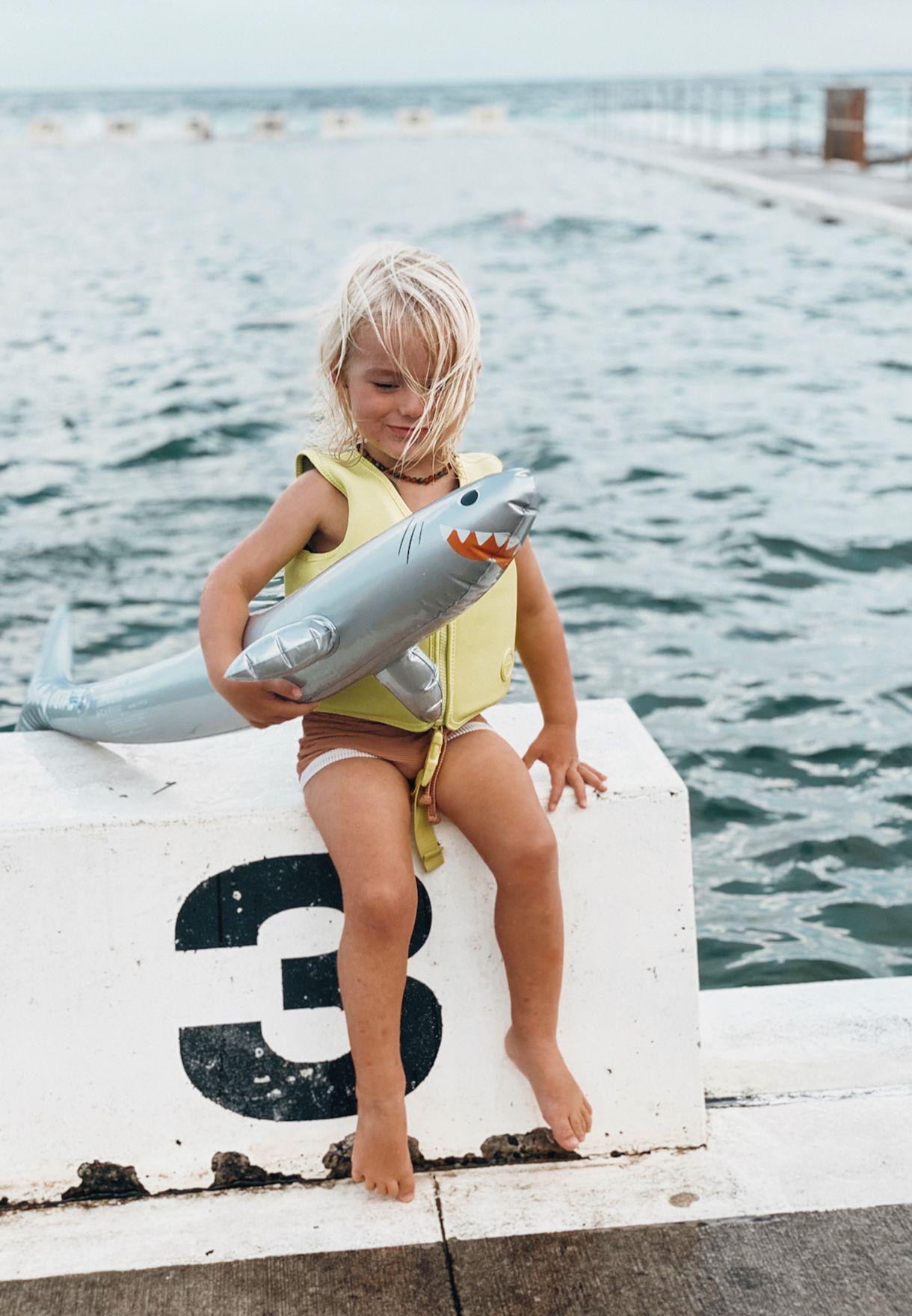 لعبة بشكل سمكة القرش قابلة للنفخ