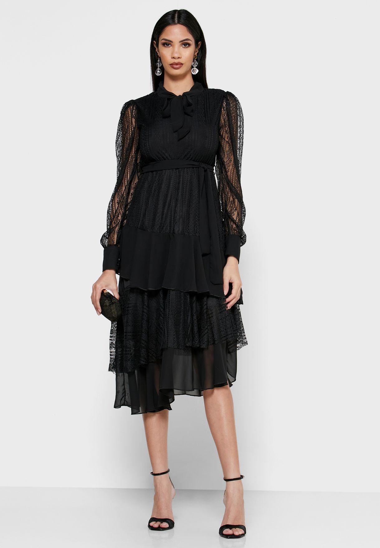 فستان بتداخل دانتيل وطبقات كشكش