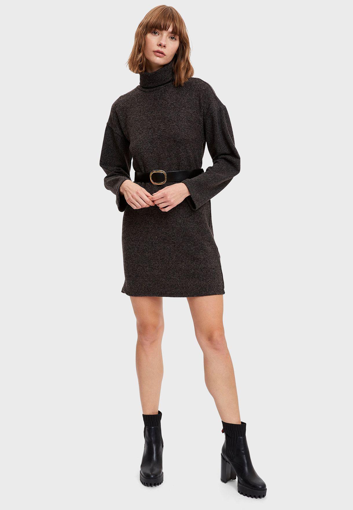 فستان بياقة عالية واكمام طويلة