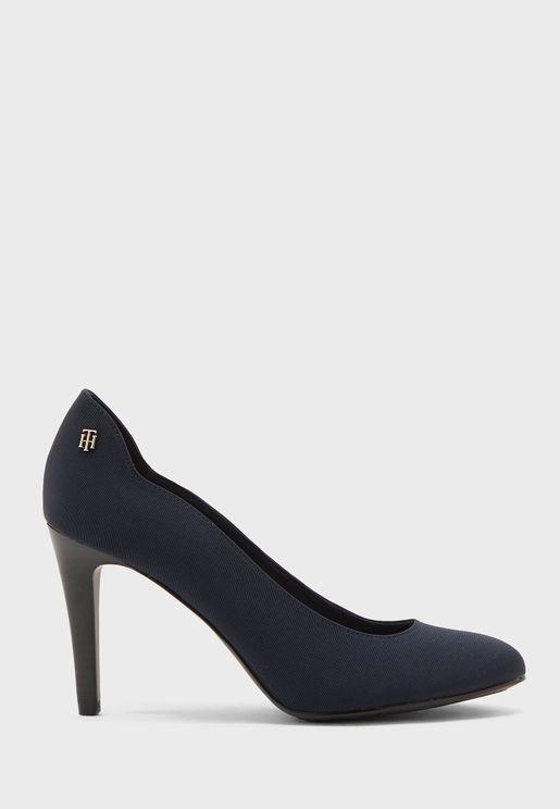 حذاء انيق مزين بشعار الماركة