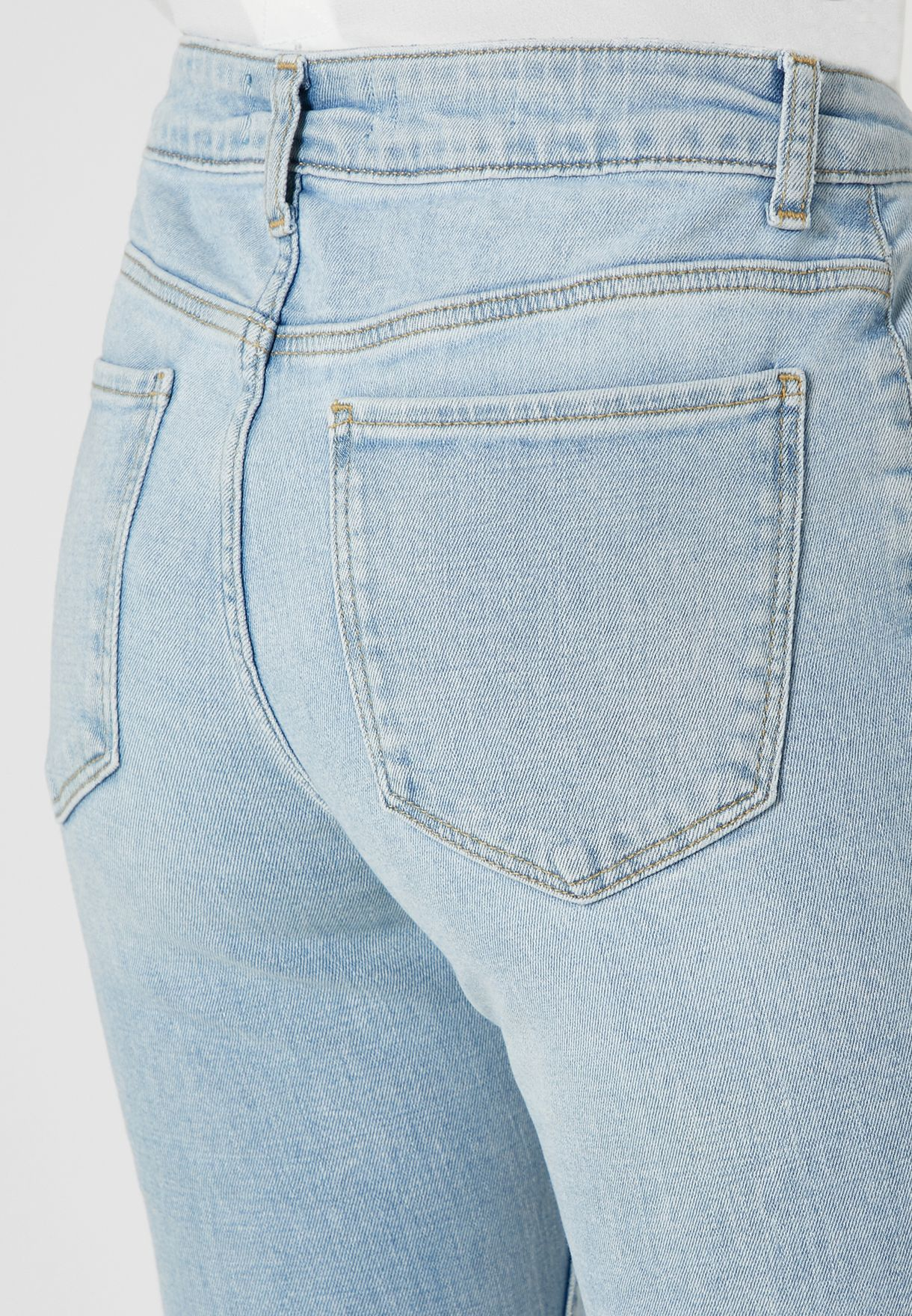 جينز بأطراف واسعة