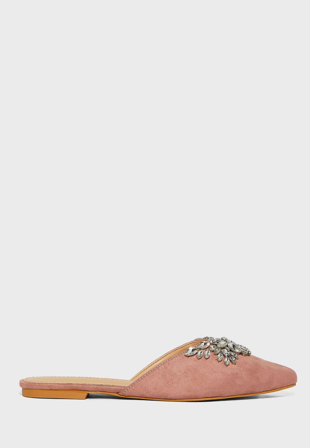 حذاء فلات بمقدمة مدببة
