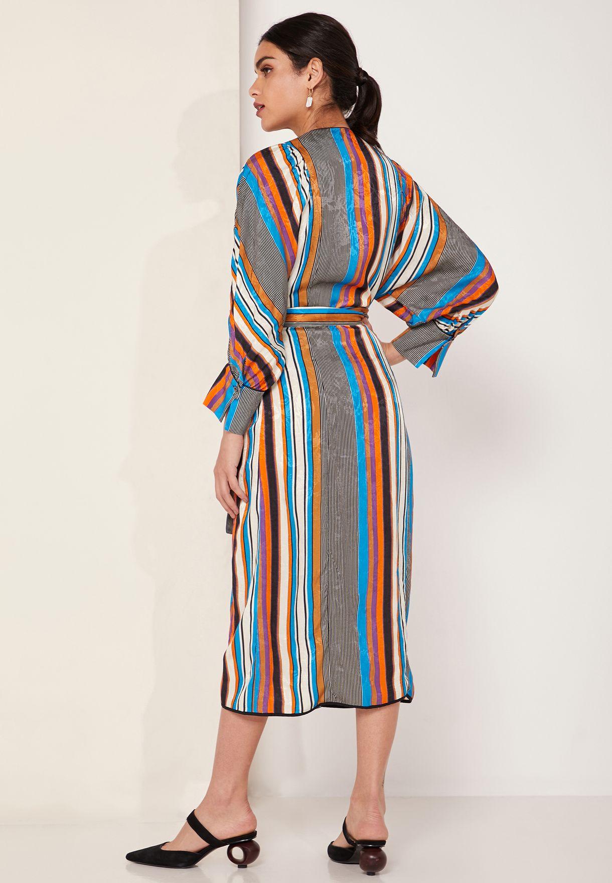 فستان مخطط وبنمط لف