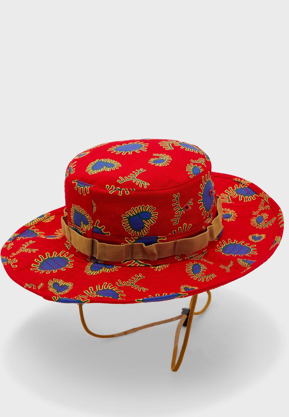 قبعة مزينة بطبعات جرافيك