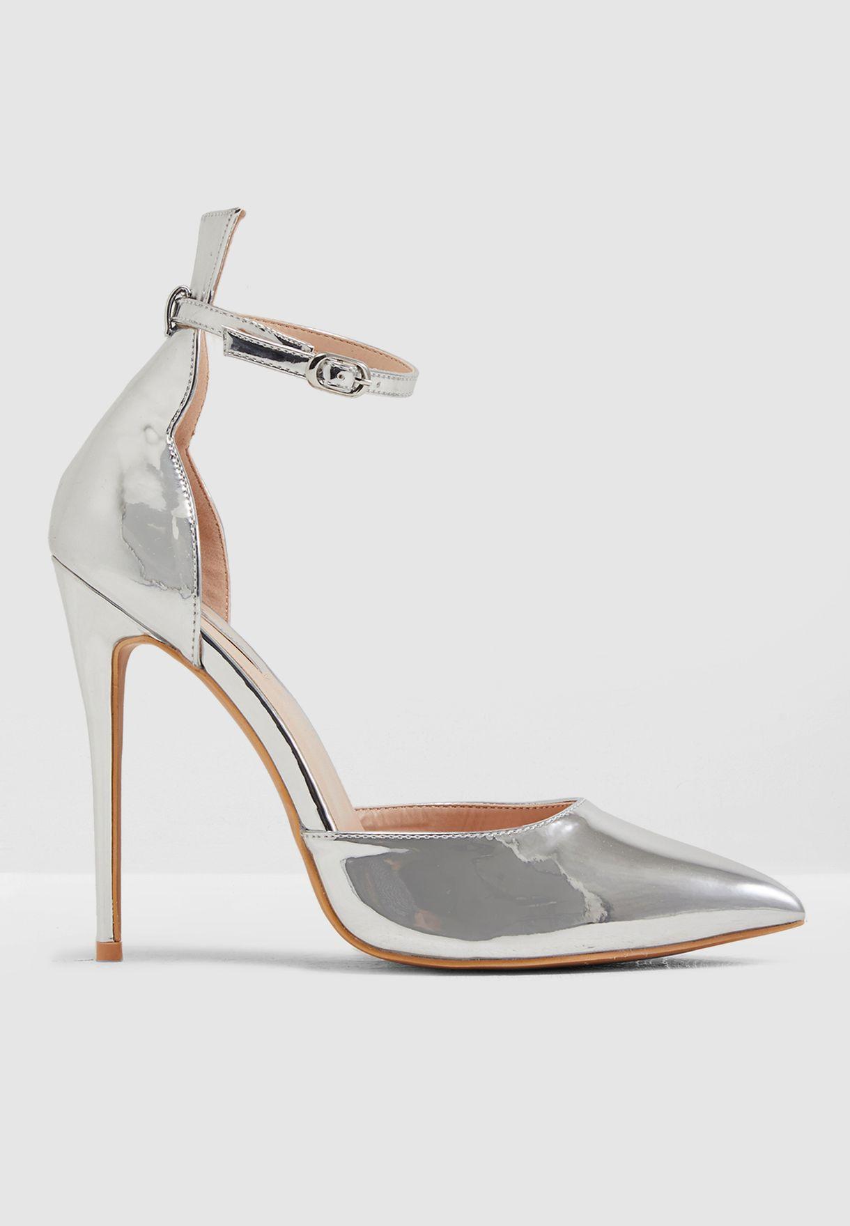 حذاء ميتاليك