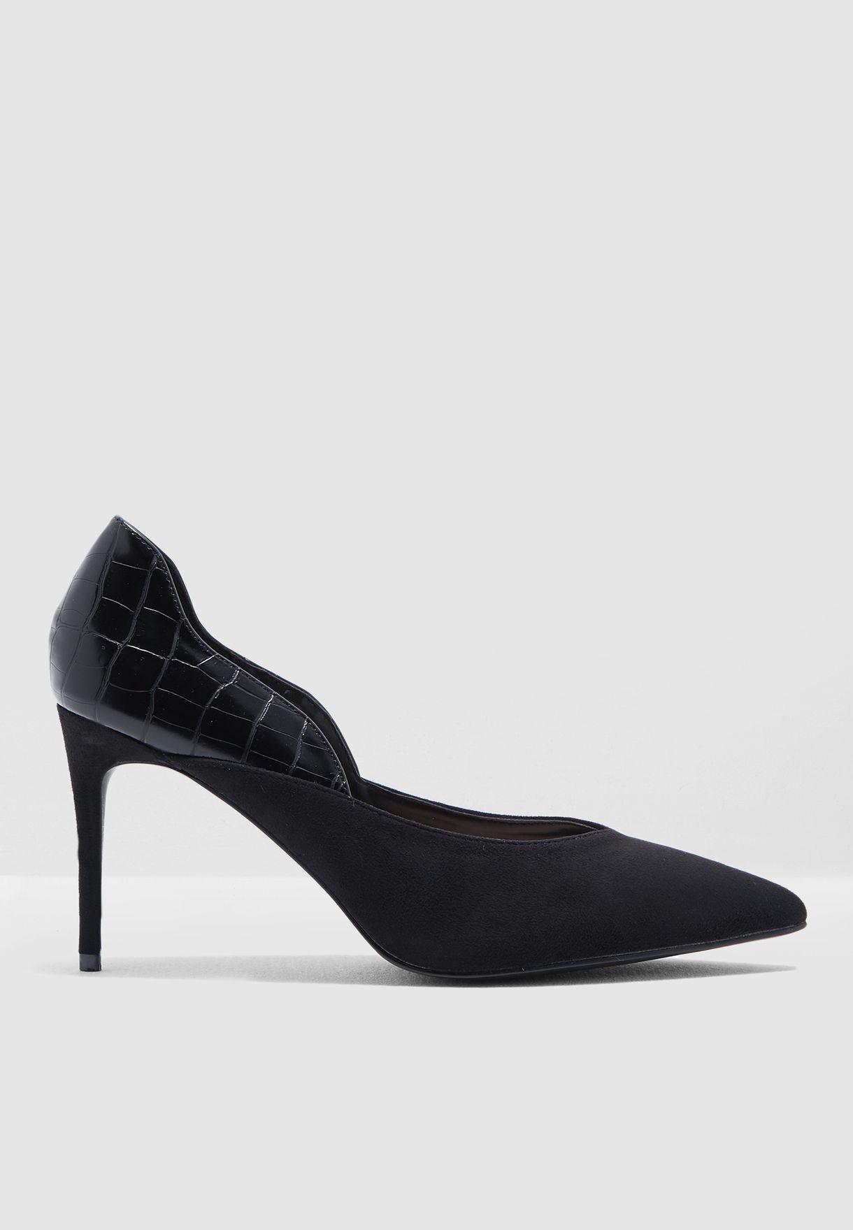 حذاء بتصميم واسع
